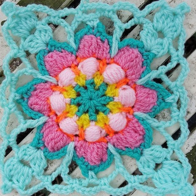 Spring feeling!! Blossom makes me happy and it's a big inspiration for me!!! Na een hele pittige werkweek waar ik weinig van het lekkere weer meekreeg, heb ik nu vrij. Heerlijk mijn hoofd leeg haken met een nieuw vierkantje. Weinig zin en puf gehad om te haken hopelijk komt het snel weer terug!! #blossomgranny #crochetrainbowtales #petalcrush #mypinkcrochetedworld #craftastherapy
