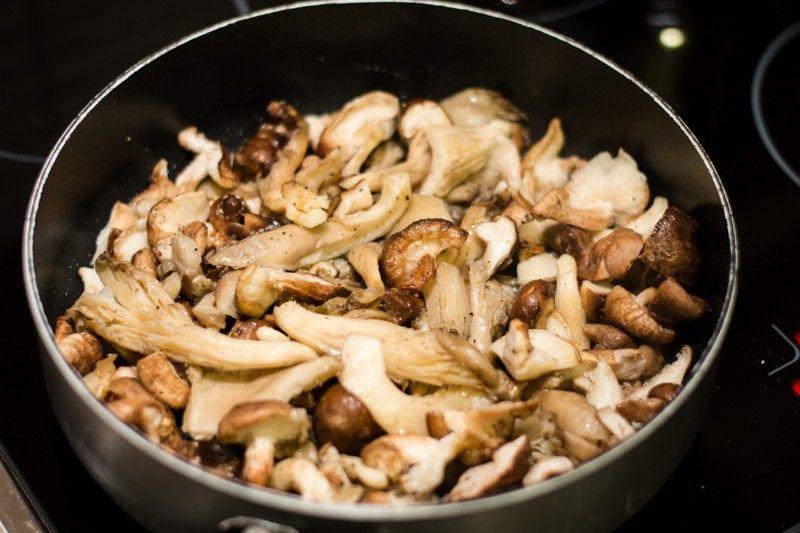 Die Shii-Take und Austerpilze werden in der Pfanne kurz gedünstet, damit noch Biss haben, wenn sie auf die Pasta kommen.