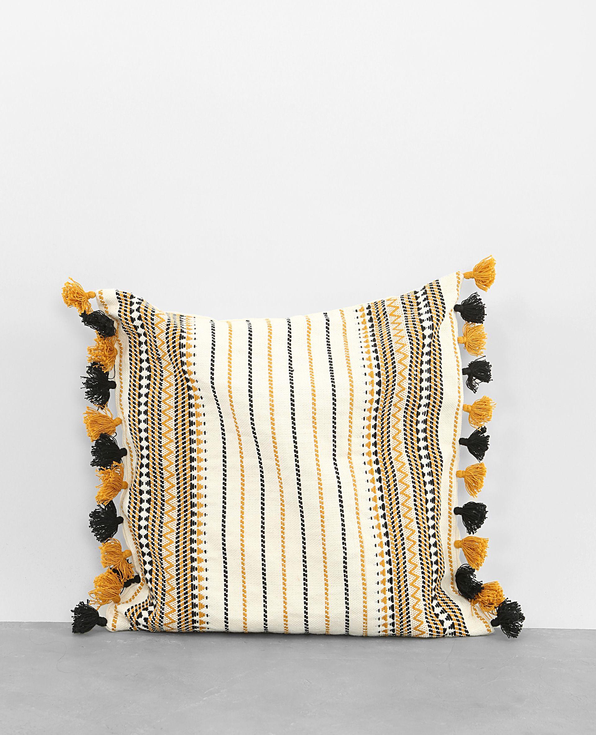 housse de coussin pompons tissage et pompons pour un style ethnique tendance dans v. Black Bedroom Furniture Sets. Home Design Ideas