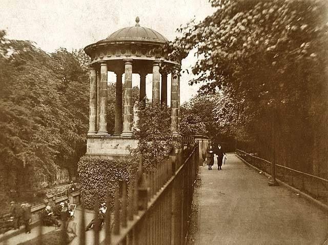 <blockquote>St Bernard's Well (c. 1926) </blockquote> - #1920s #dark #garden #le #monde #monochrome #of #scotland #sepia #the #vintage