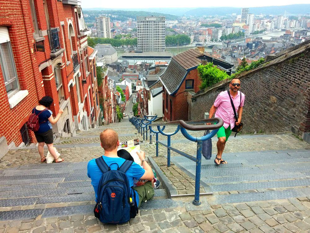 Mein erster Reisetipp für Belgien ist Lüttich: Das kulturelle Zentrum Walloniens liegt am Fluss Maas und lässt sich gut per Boot oder zu Fuß erkunden. Die Stadt bietet einiges an Architektur, Museen und Parks und serviert auch Leckeres wie Waffeln oder Buletten. Viel Spaß beim Lesen!
