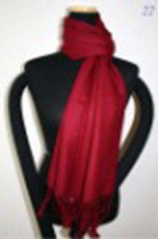 Dette fantastiske tørklæde er vævet af Cashmere og Silke en fantastisk kombination og så blødt, at det ikke kan beskrives. Cashmere 70% og silke 30% og størrelsen på tørklædet er 70cm-170cm.