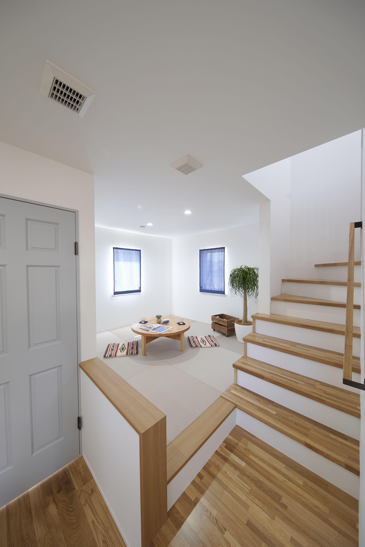 階段下に和のスペースを設けました カリフォルニアスタイルのお住まいにあるように 畳の色もこだわりました 狭小ハウスデザイン ホームウェア 階段のデザイン
