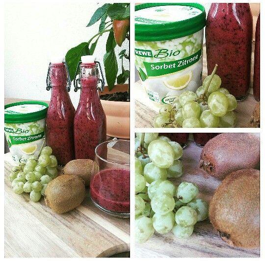 Blaubeersmoothie mit Trauben, Kiwi und Zitronensorbet