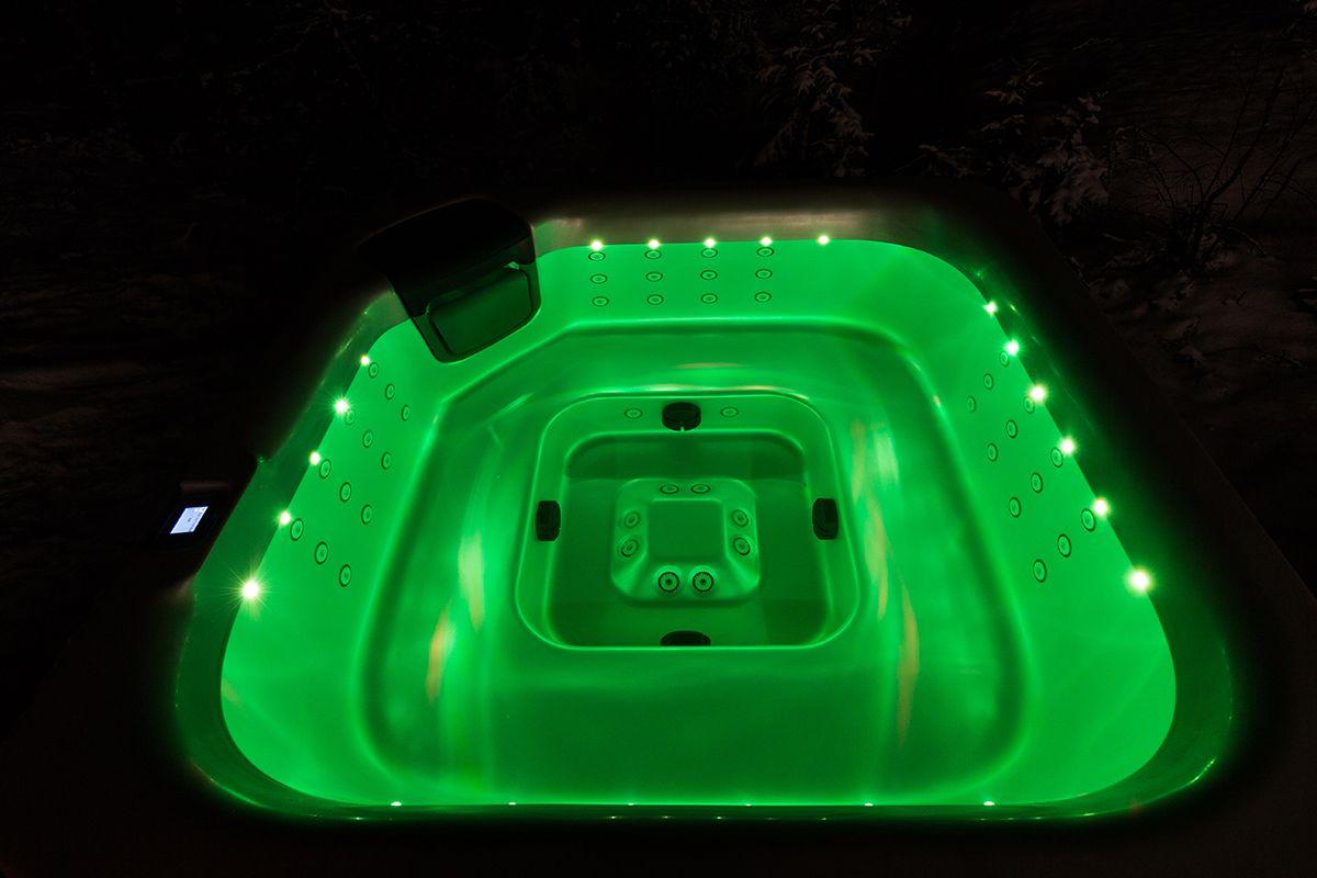 Ilta hämäriin tunnelmaa tuo monipuolinen LED-valaistus altaassa. Lumispa.fi | Ulkoallas.fi | kylpykauppa.fi | Novitek.fi | facebook.com/novitekspa/