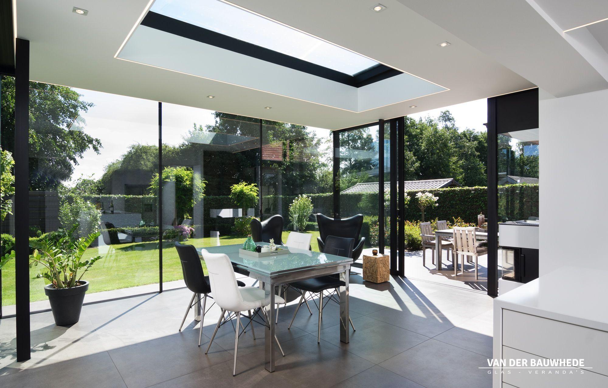 Realisatie te izegem moderne veranda met keuken en eetplaats