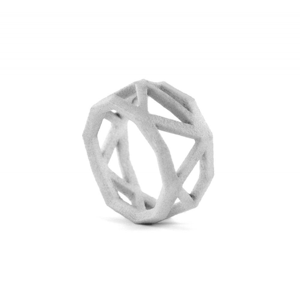 Außergewöhnliche Formgebung   Die Formgebung dieses Designs macht den Ring zu einem einzigartigen Stück, das in seiner Form den Finger perfekt umspielt.   Comion ist eine Ring von Goncalo Campos aus Portugal. Ein Design, das keine klare Form offenbart und dadurch ein atemberaubendes Add-on zu jedem Outfit darstellt. Die komplexe Struktur sorgt für ein interessantes Aussehen und aus jedem Blickwinkel können neue Seiten des Designs wahrgenommen werden.   Das außergewöhnliche Design wird zudem…