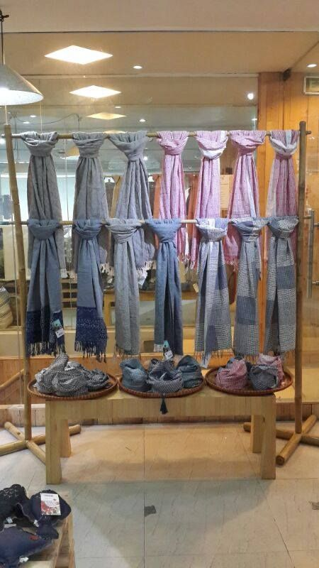 Display Idea For Knitted Scarfs At A Craft Fair Minimal Color And Blocked Keeps This Looking Clean Scarf Boutique Storage