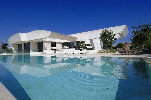 Piscia gigante en un chalet de pozuelo madrid chalets for Casa de lujo minimalista y espectacular con piscina por a cero