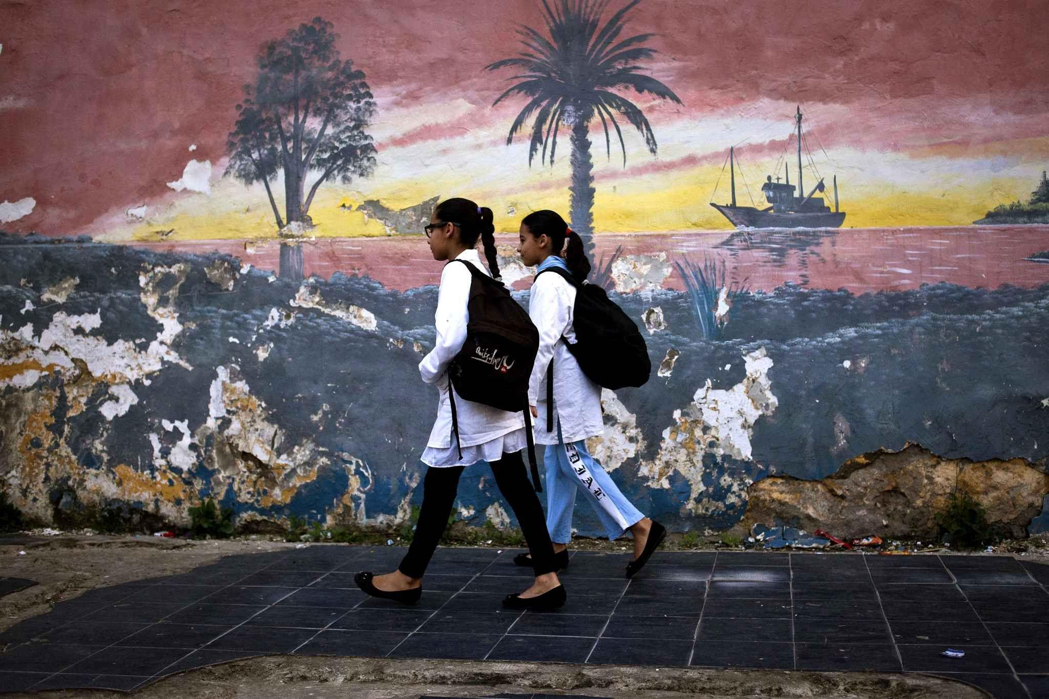 Les deux soeurs jumelles, Hassna et Ihssan, vivent à Casablanca, au Maroc. Elles sontaccompagnéespar leur frère sur une partie du trajet e...