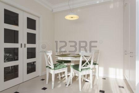 EXITO PERSONAL: Mesa redonda blanca en la cocina moderna y luminos ...