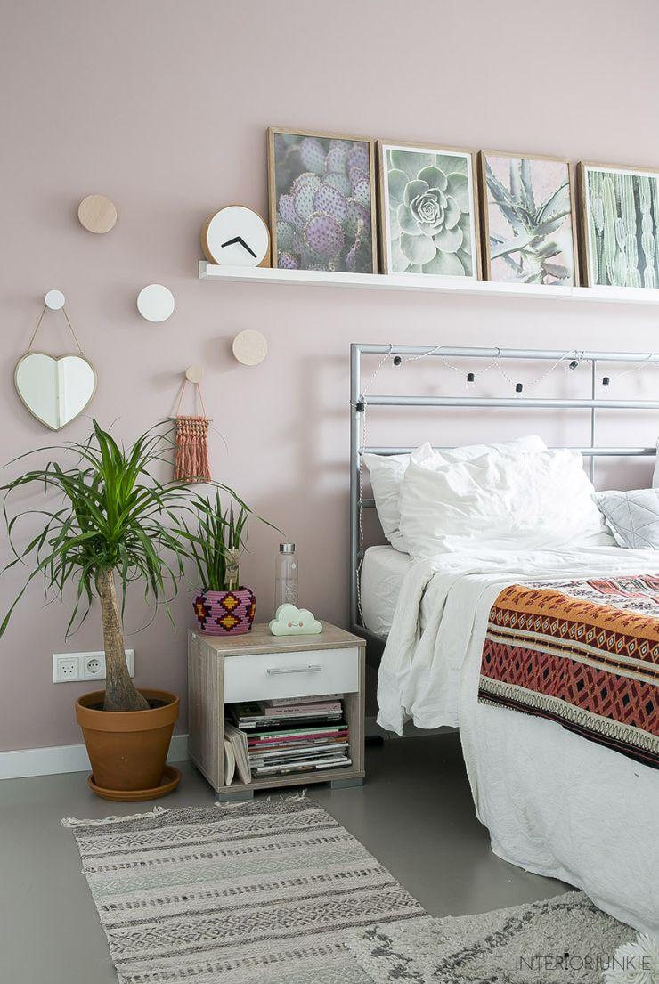 Pronken Met Lijsten Aan De Muur Boven Je Bed Interiorjunkie Bed Muur Thuisdecoratie Thuis