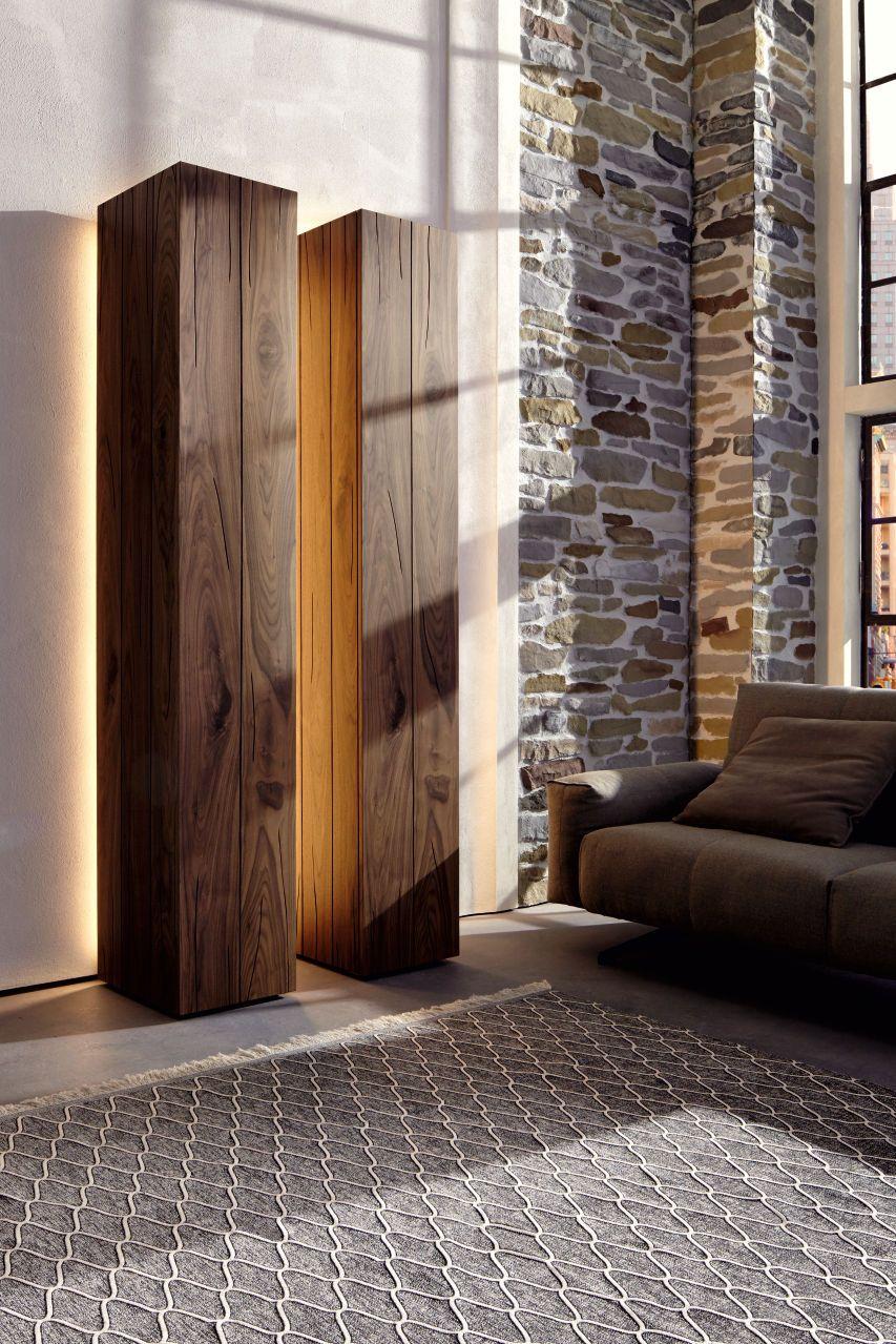 Ein klares Design aus Kernnussbaum macht dieses Wohnzimmermöbel von ...