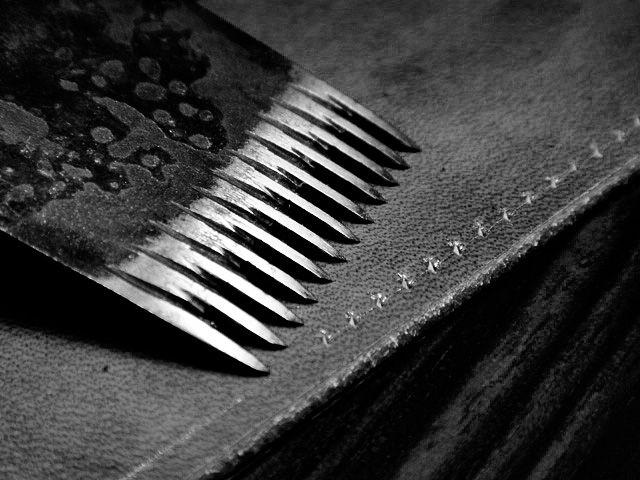 ステッチ 手縫い コバ 靴作りドキュメント第八回 靴を支える「アウトソール」を手縫いで縫い付ける