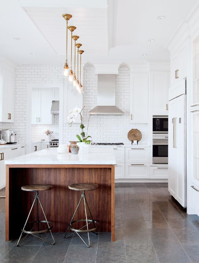 cocinas con barra, cocina en blanco con grande barra de madera - cocinas con barra