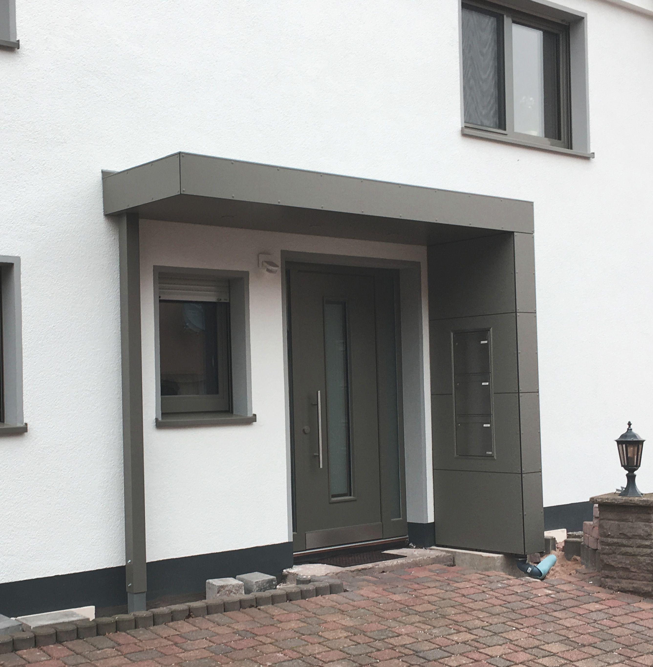 Eingangsuberdachung Farblich Abgestimmt Auf Die Haustur Und Die Fensterrahmen Mit Integriertem Briefkast Eingang Uberdachung Eingangsuberdachung Hausturvordach