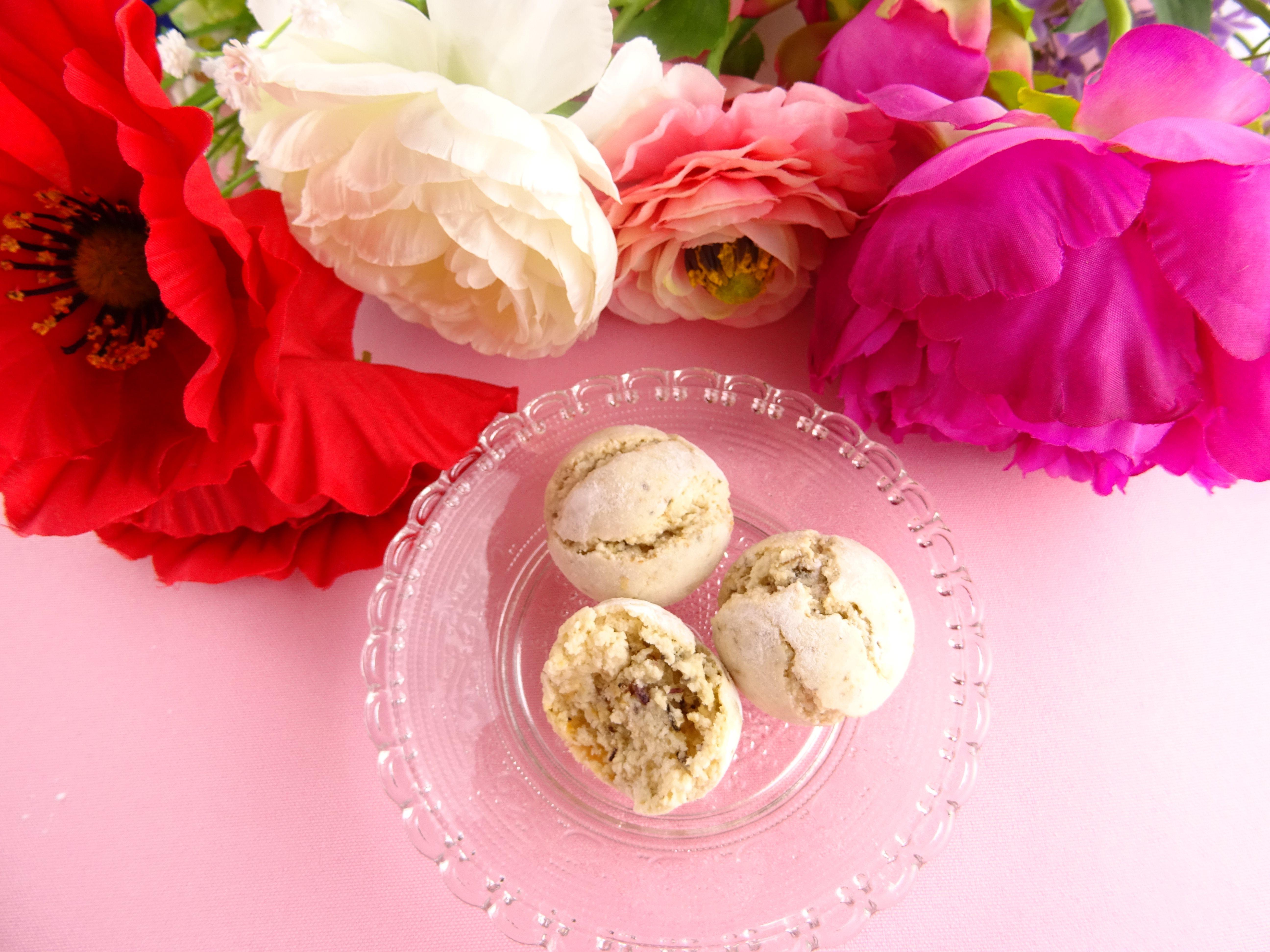 Pâtisseries aux fleurs comestibles. Fabrication française à la main avec amour. #