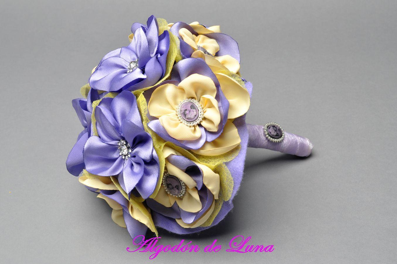 Bouquet ramo de flores de tela lilas,morado,violeta y amarillas con botones de cristal  606619349 algodondeluna@gmail
