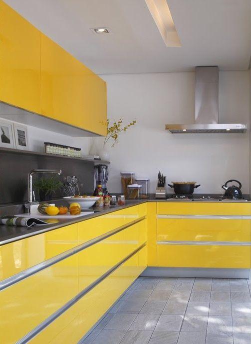Cozinha planejada amarela e cinza