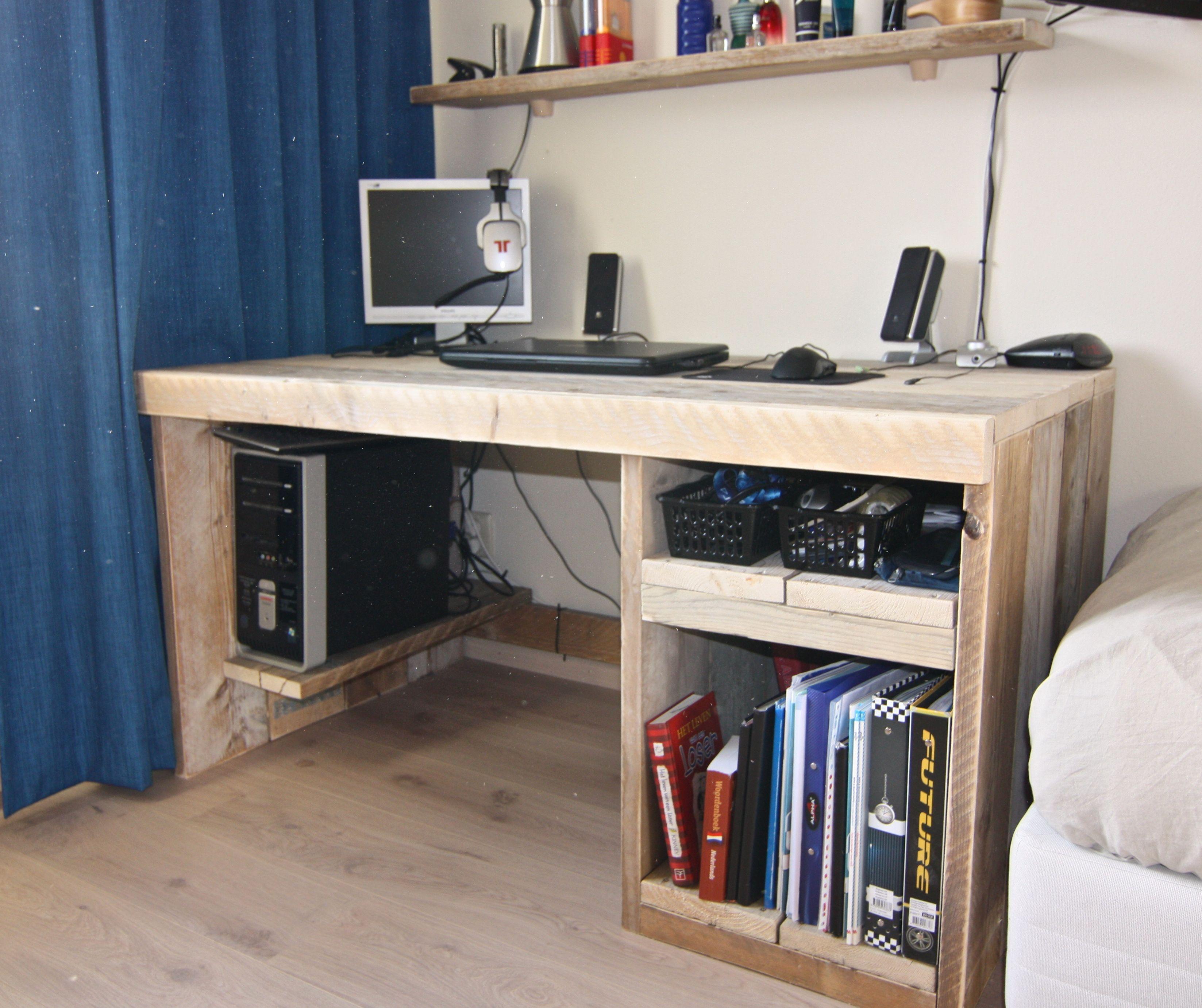 Stoer jongens bureau met uitschuif lade en plank voor de computer kids pinterest jongens - Moderne massieve bureau ...