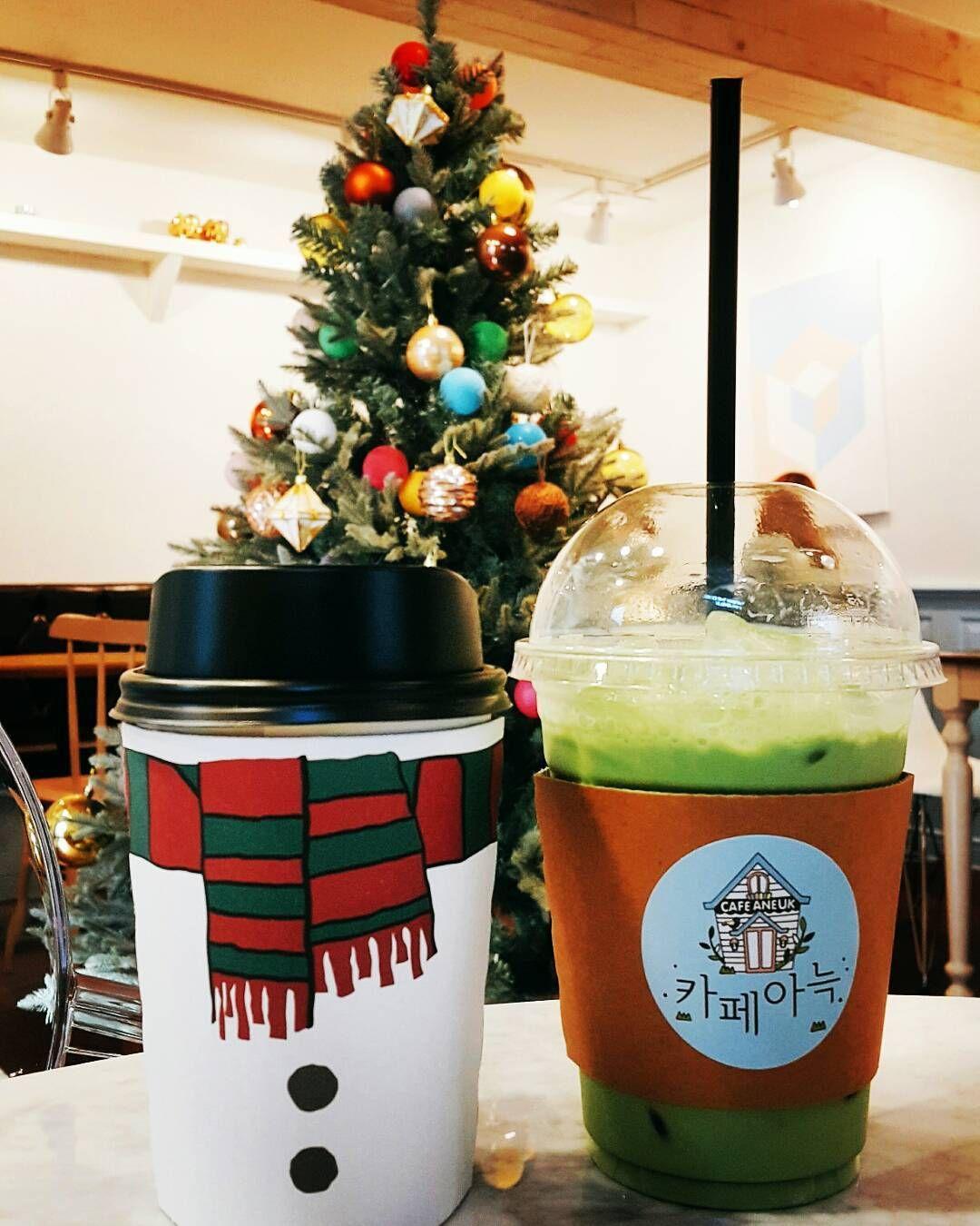 #이대카페 #카페아늑 #카페스타그램 #instacafe #coffee #녹차라떼 #크리스마스 분위기 한껏난다 #트리 #tree #weihnach...
