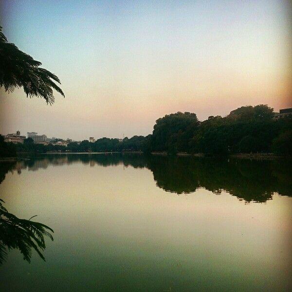 还剑湖,越南河内的西湖, 凉爽的天气,漫步於湖边。  #Vietnam #越南 #Hanoi #河内