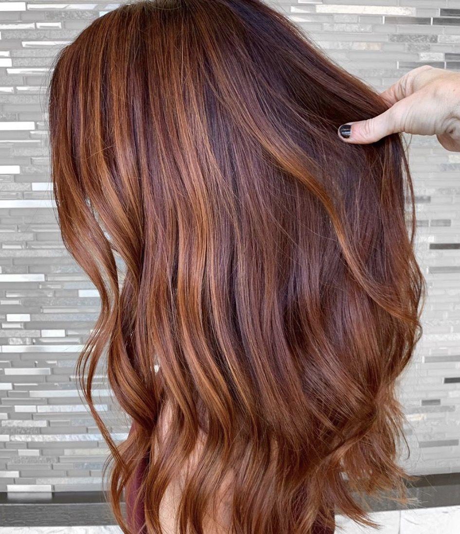 Le Nouveau Roux Qui Enflamme La Toile Le Copperhair Couleur Cheveux Coupe Cheveux Long Boucles Cheveux Acajou
