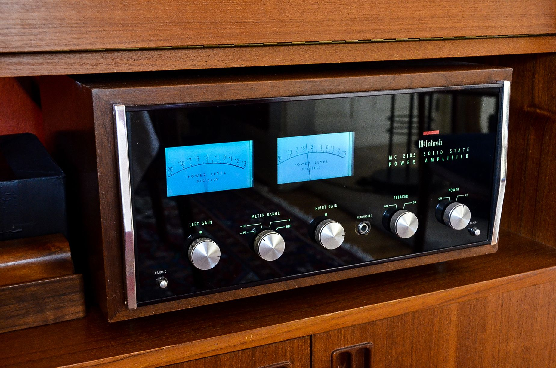 Mcintosh Mc2105 Amplifier Produced From 1967 1977 This Was The Vu Meter For Power Amplifiers Forerunner To A Great Series Of Amps And Pushed What Became Their Signature Look Big Blue Meters Into