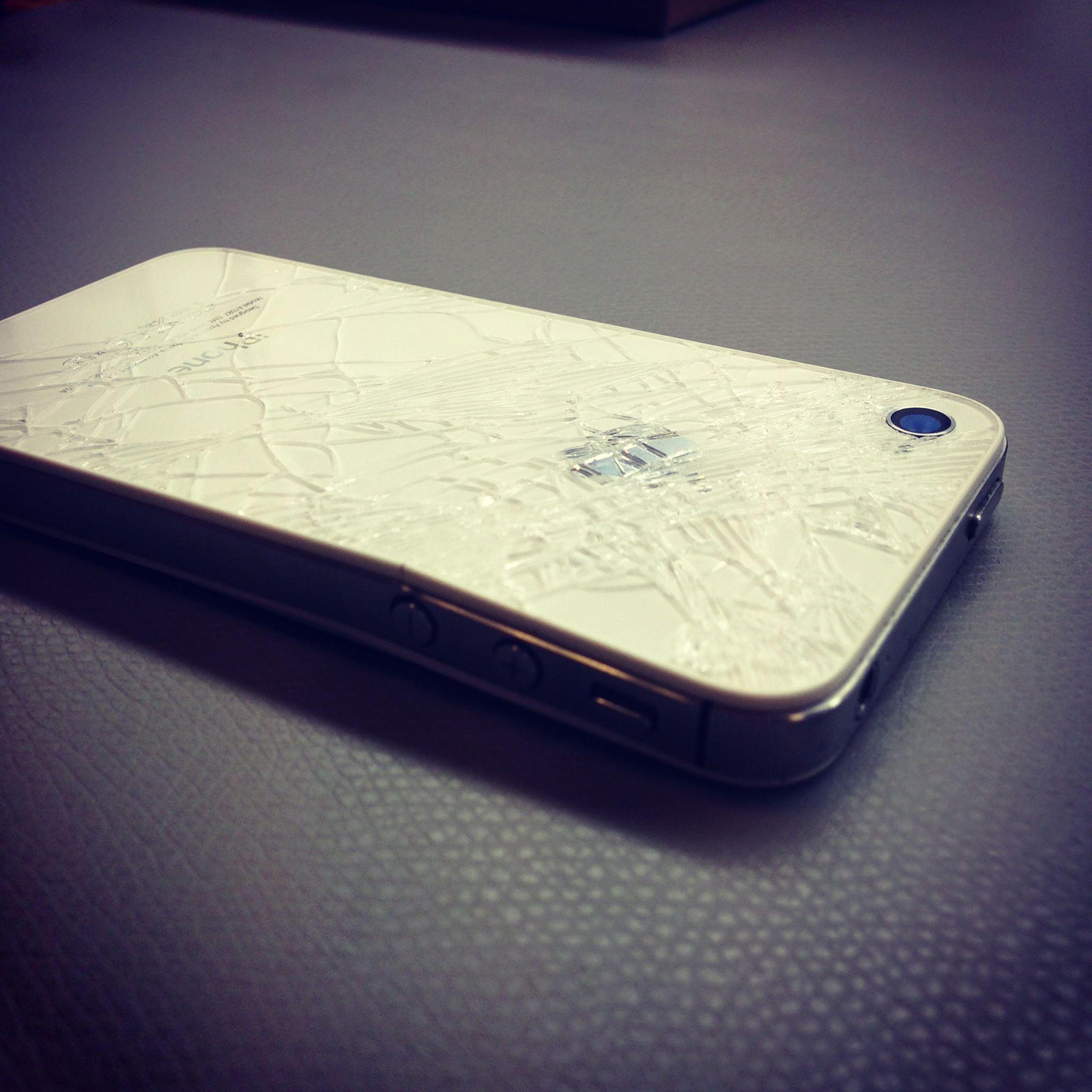 Kaputtes Backcover und auch noch verbogen. Das iPhone 4 ist ein ...