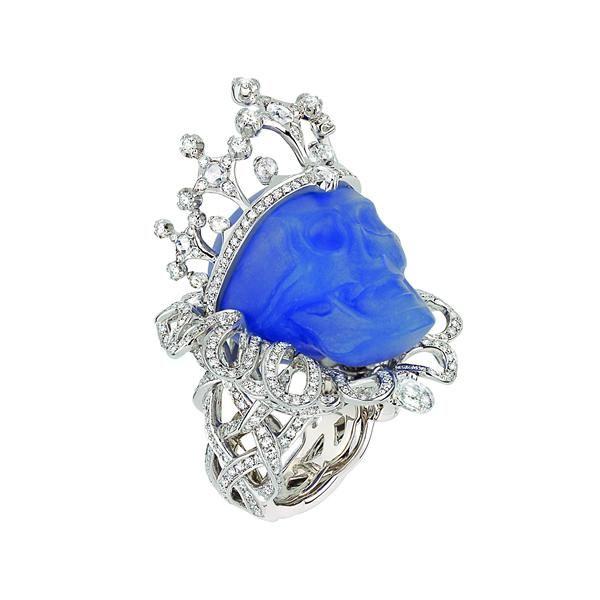 Bague « Reine de Calcédonia », platine, or blanc, diamants et calcédoine bleue.