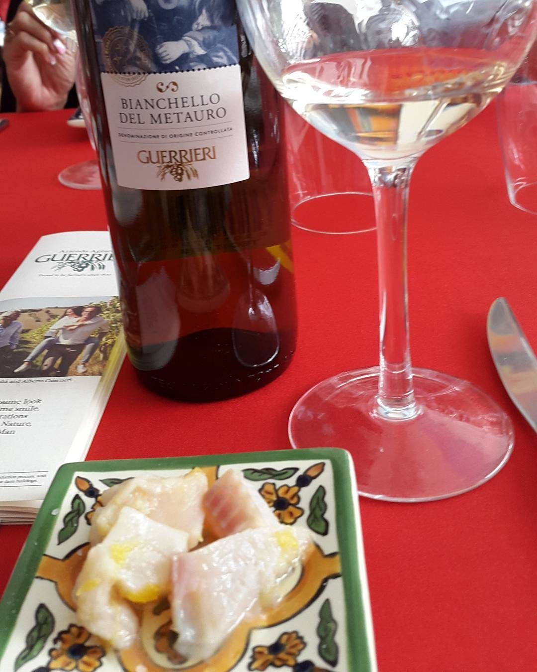 Maridaje Con Pescado En Salsa De Naranja Y Vino Bianchello Del Metauro En La Bottega Privee Te Invita Adondeirhoy Com La P In 2020 Food Alcoholic Drinks Martini Glass