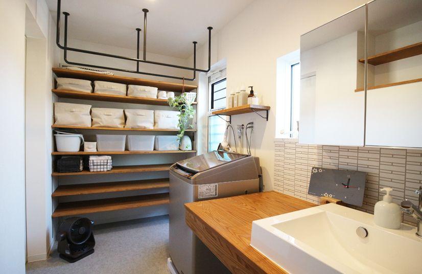 住宅密集地でも明るい2階建て住宅 自宅で 浴室 収納棚 浴室 デザイン