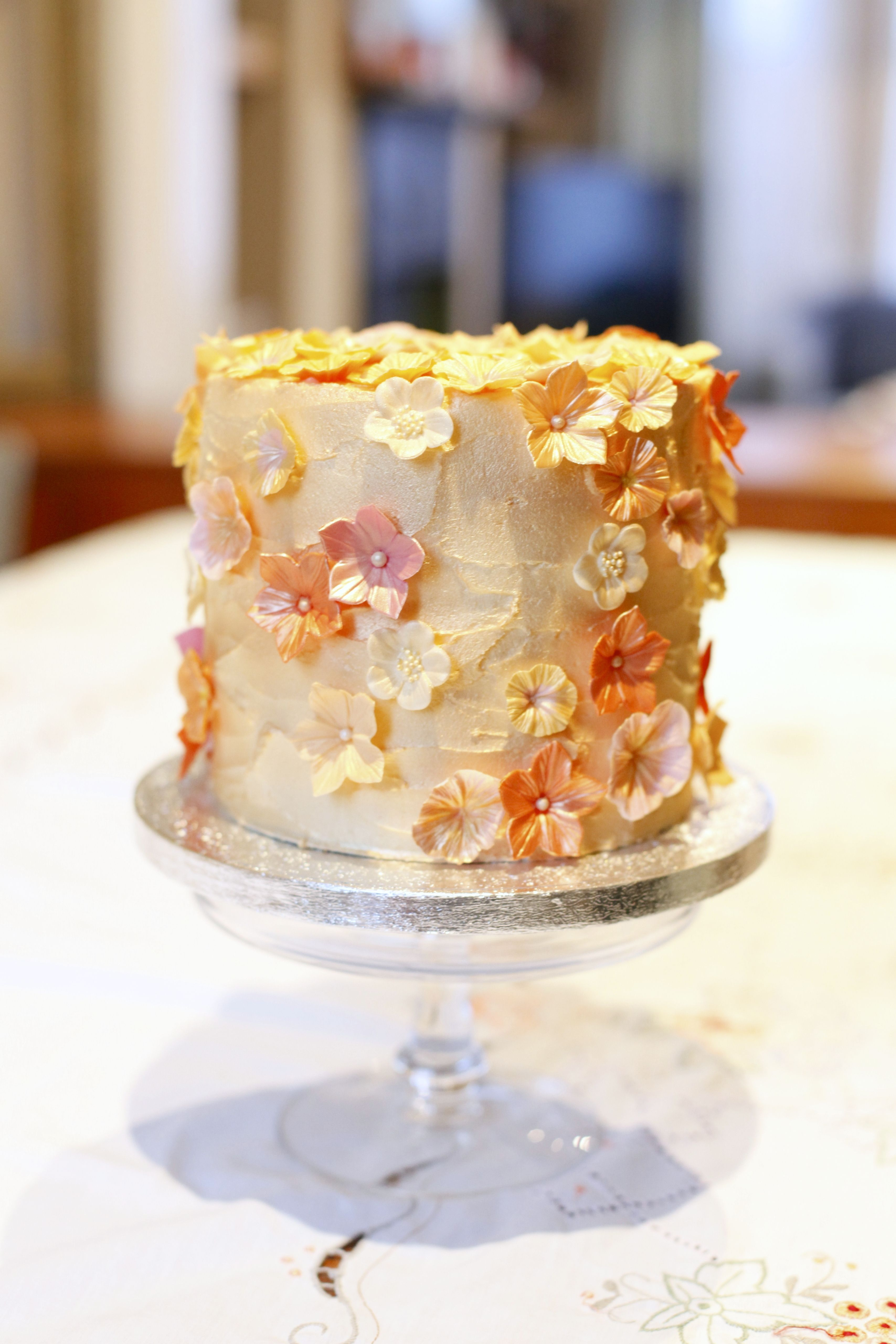 Single tier cake by Sussex based cake designer, Kasserina.  Great as a top cake or on it's own. Love the rose gold.