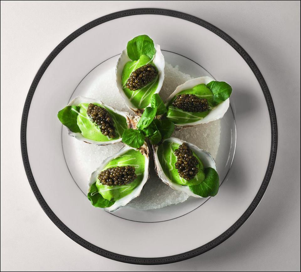 """Huîtres """"spéciales"""" chaudes au caviar golden, sabayon au cresson"""