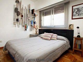 La habitación tiene una solución original para almacenar libros. Es una repisa vertical que se amura a la pared: es funcional y brinda estilo.