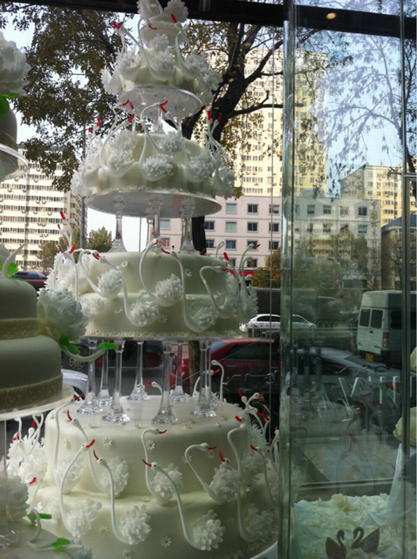 Black Swan, China Comes Up With The Worldu0027s Most Expensive Wedding Cake RMB  2M ($USD 315K)