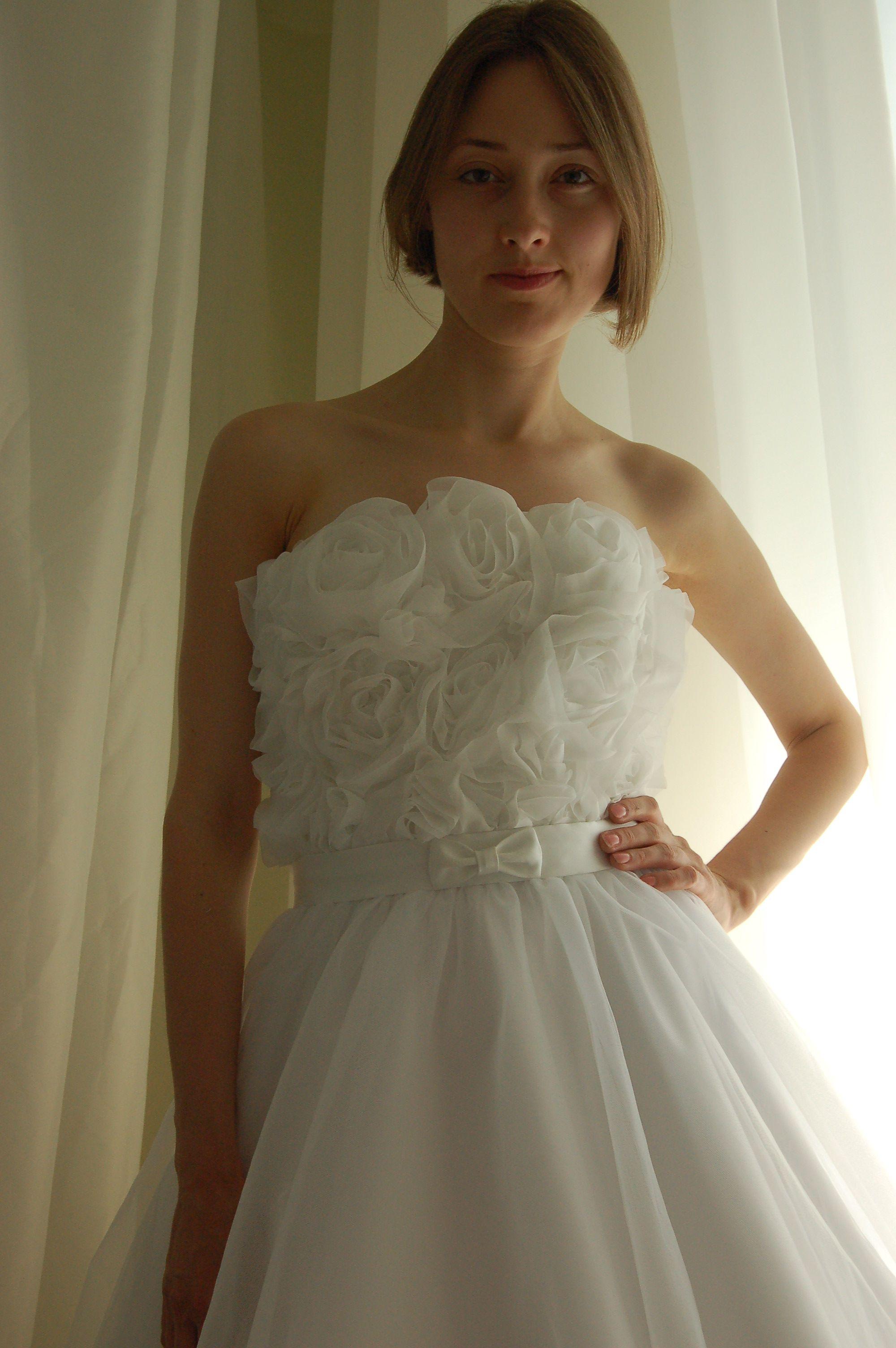 Фатиновое пышное корсетное платье молочного цвета, корсет на шнуровке,  расшит шифоновыми розами, многослойная 01c3ac41535