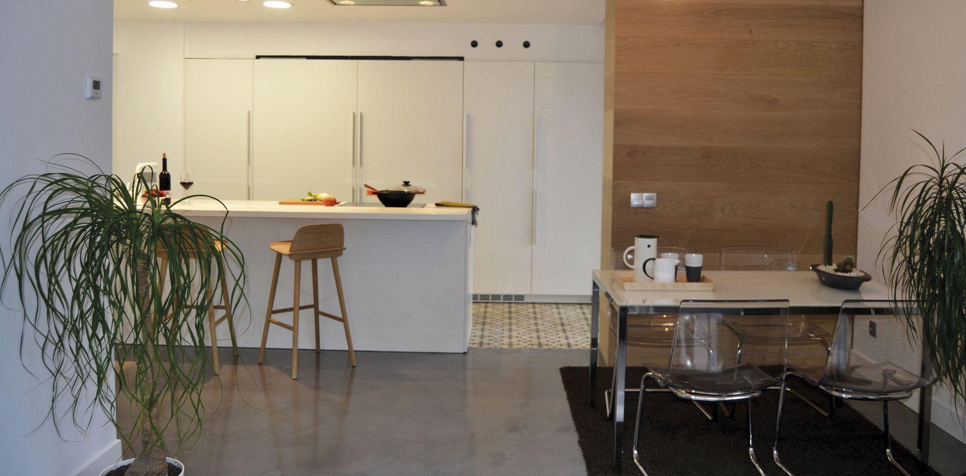 SANTOS kitchen | Cocina con isla diseño Line-E sin tirador de #cocinasSantos. La cocina cuenta con un mueble coplanar. Proyecto realizado por Santos Tolosa