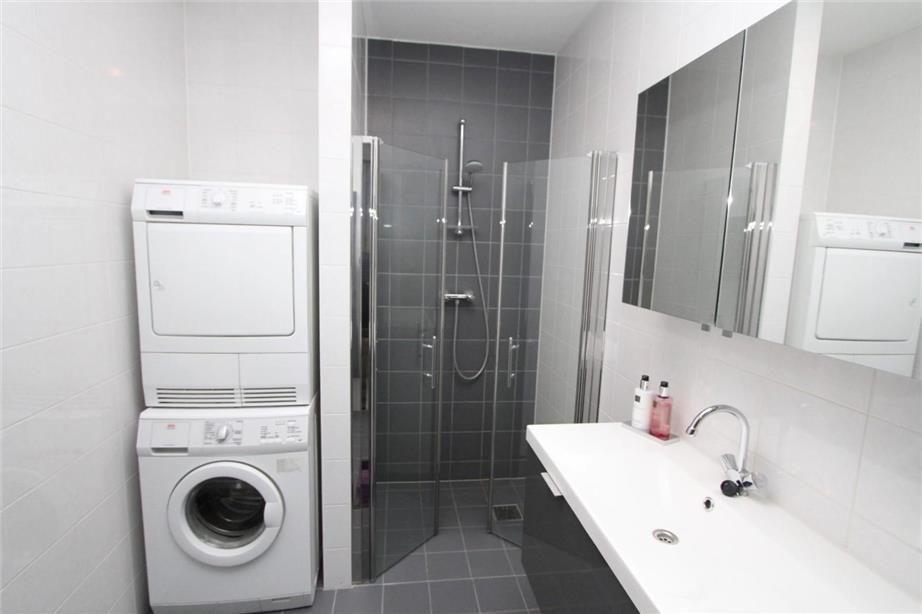 Kleine badkamer met plaats voor de wasmachine en droger. - badkamer ...