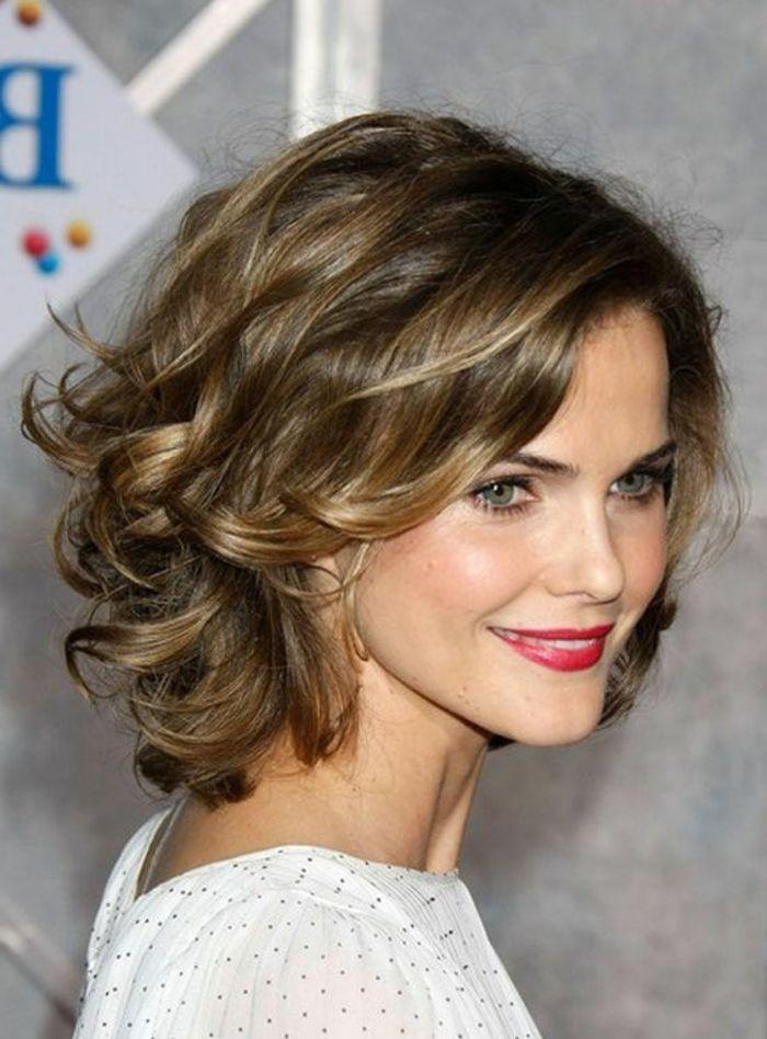 peinados para pelo corto bella mujer con pelo rizado mechones rubios