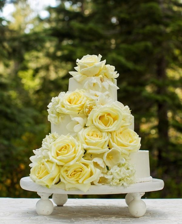 Color Theory: Using White on #Wedding #Cakes. To see more: www.modwedding.com