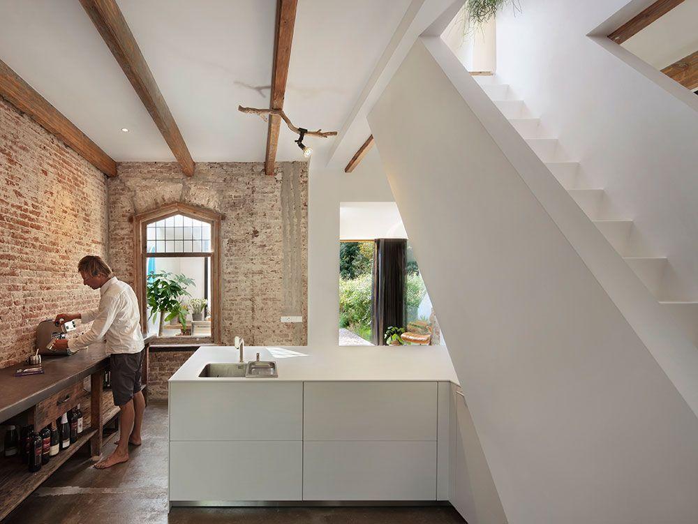 Puristisch weiße küche mit rustikal offener ziegelsteinwand umbau cortenstahl renovierung