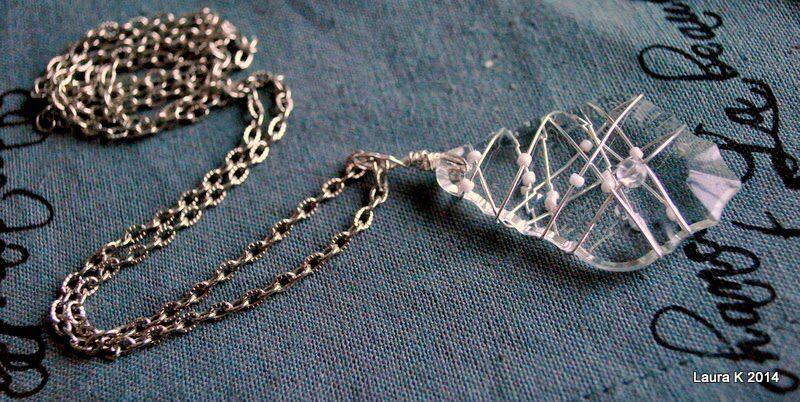 Hopealangalla ympäröity kristalli