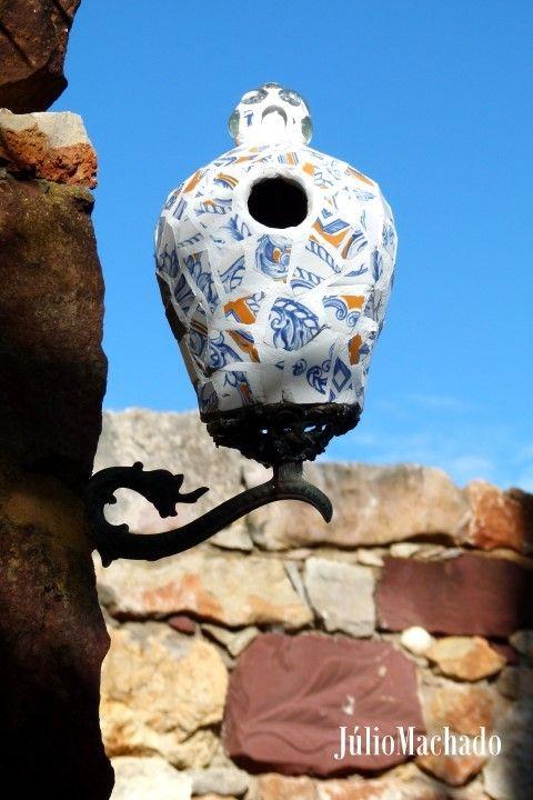 """Ninho decorado com fragmentos de azulejos Jardim da """"Casa Catita"""", Algarve-Portugal."""