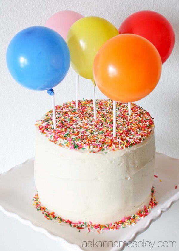 Flott ballongkake som alle kan få til, laget med krem, dryss og ballonger plassert på staker i kaken.