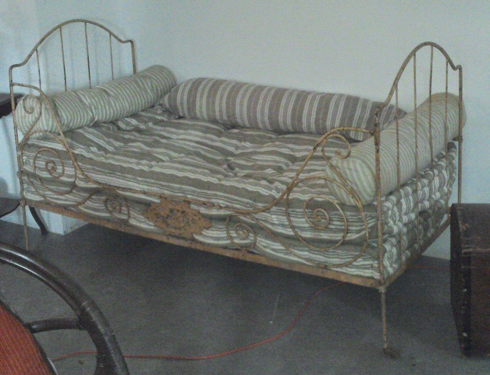 didoulabrocante lit en fer forg et matelas anciens laine coussins plumes ancien xixeme tissus. Black Bedroom Furniture Sets. Home Design Ideas