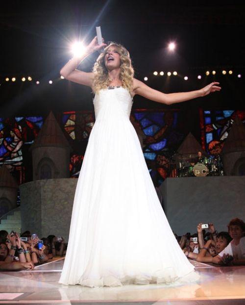 Taylor Swift em um vestido JOVANI, marca da qual somos representantes exclusivos aqui em MS