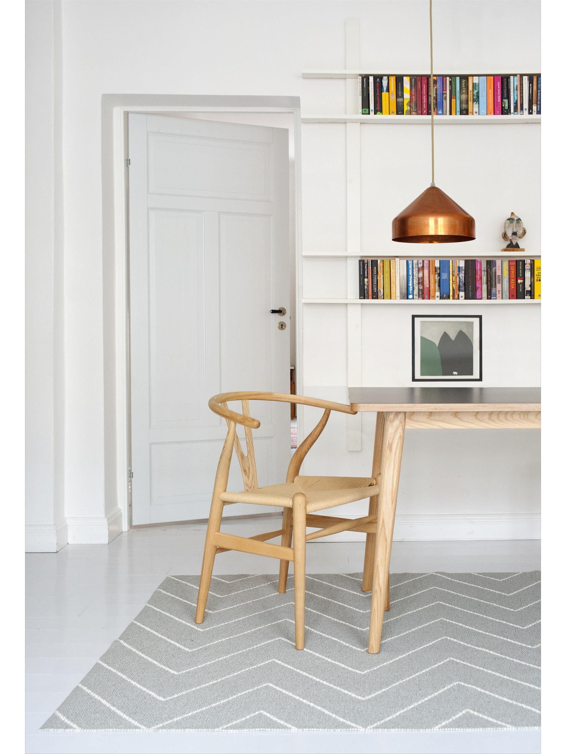 Die brandneuen Kunststoff Teppiche von Brita Sweden werden aus weicher und pflegeleichter Plastikfolie in Schweden hergestellt und sind dadurch besonders widerstandsfähig. Die aktuellen Modelle in topmodernen Farben und Mustern sind perfekt für Küche, Flur und sogar den Außenbereich wie z.B. die Terasse geeignet. #benuta #teppich #küche #interior #rug