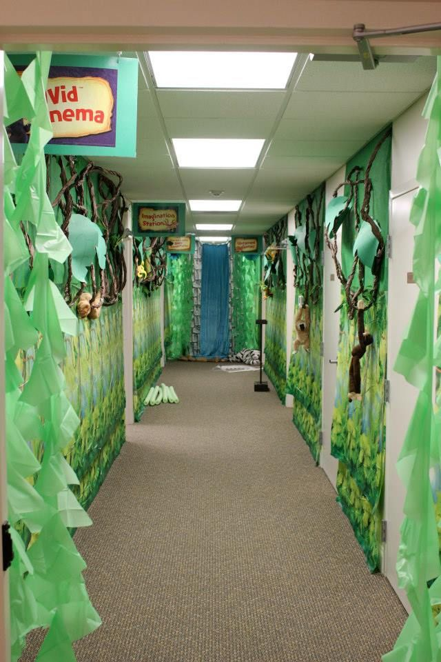 Jungle Themed Hallway Our Vbs Decorationg At Parr Ave