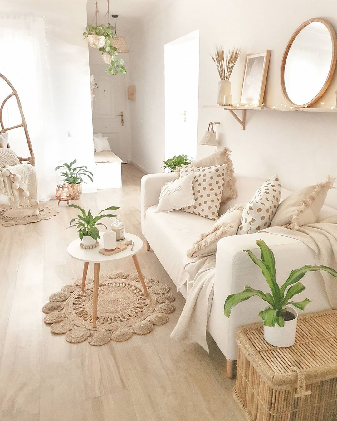 Bright white with plants! Love this living room by @sandradeco__sweet_home 💕💕💕. Click the image to try our free home design app.  (Keywords: living room decor, living room ideas, living room designs, dream rooms, house design, home decor ideas, living room rugs, living room furniture, positive vibes, positive thoughts, boho living room)